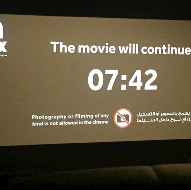 Filmovi u Bollywoodu obično su vrlo dugi, zbog čega indijska kina obično prave pauze i na ekranu prikazuju vrijeme kada će se film nastaviti