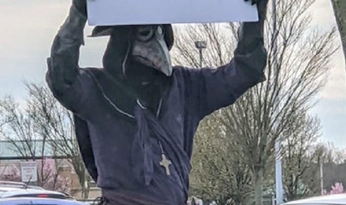 Lik je prošetao u morbidnoj modnoj kreaciji držeći plakat koji nas sve podsjeća na bitno