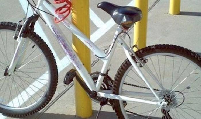 Vlasnik ovog bicikla nije baš najpametniji, ali barem ga prati sreća