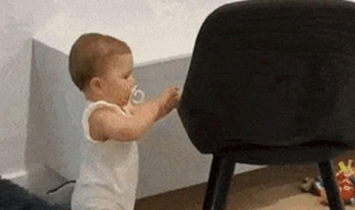 Beba je stajala i promatrala mačku, mama je snimila urnebesnu scenu