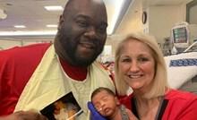 Stara fotografija otkrila da je ista medicinska sestra bila na porodu njega i njegovog sina