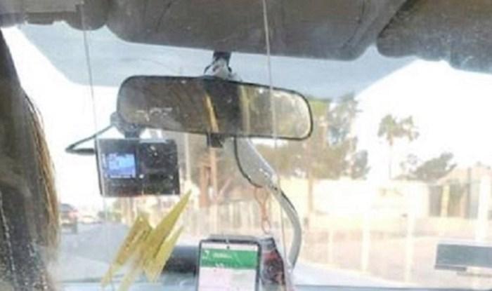 Lik je snimio prilično čudan prizor u taksiju, čemu bi ovo trebalo služiti?