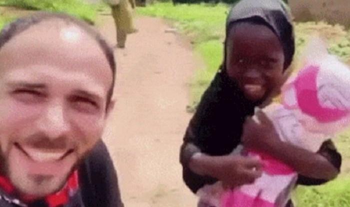 Poklonio je djevojčici lutku, njena reakcija tjera suze na oči
