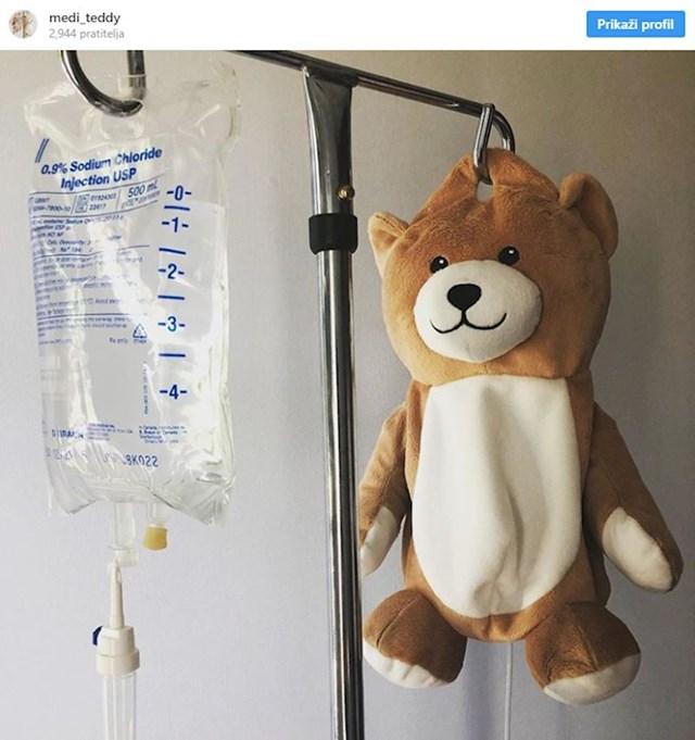 Djevojka izrađuje mede koji skrivaju vrećice infuzije