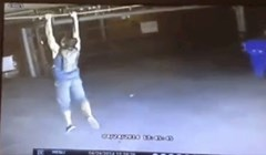 Nadzorna kamera snimila je ovog lika kako skače i hvata se za cijev, ono što se zatim desilo definitivno nije očekivao