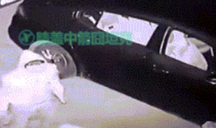 Lopov je pokušao provaliti u automobil, nadzorna kamera je snimila urnebesnu scenu