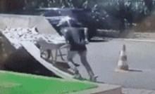 Nesretni baušetalac gurao je gomilu građevinskog otpada po dasci. Onda se dogodila katastrofa