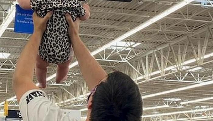 Tata je podignuo bebu u dućanu, razlog će vas nasmijati