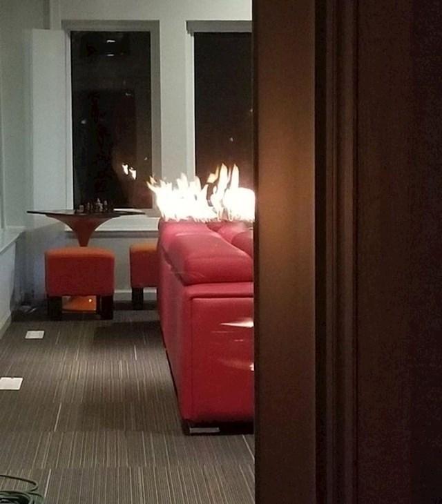 Refleksija vatre u dvorištu izgleda kao da gori kauč