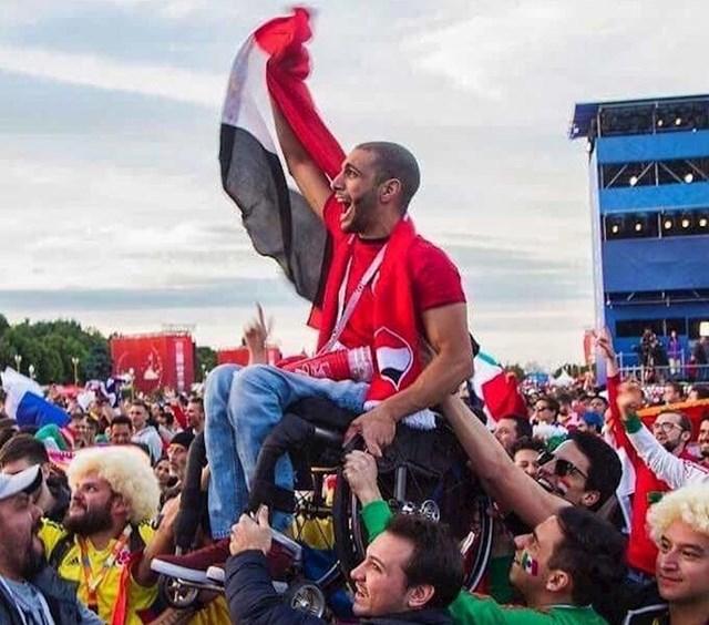 Meksički i kolumbijski navijači podigli su egipatskog navijača u kolicima, kako bi mogao gledati utakmicu
