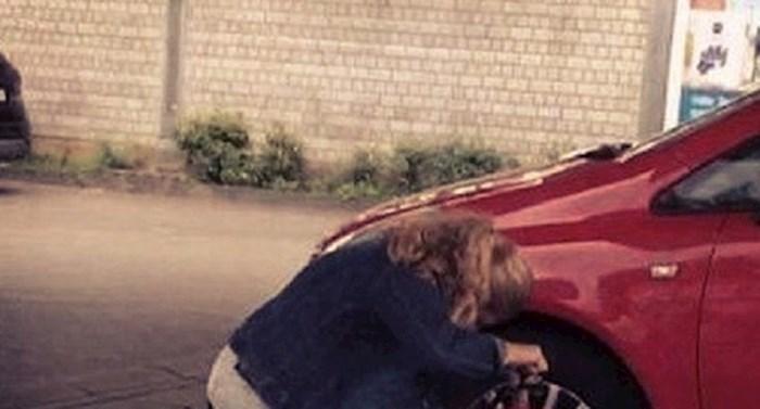 Nisu mogli vjerovati s čime ova žena pokušava napumpati gumu od auta