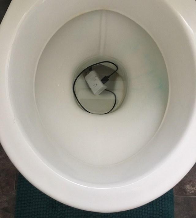 """""""Dođi vidjeti što sam stavio u wc školjku!"""""""