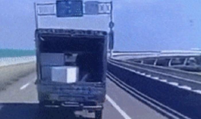 Vozačima su u strahu gledali kako pada predmet s kamiona, ali onda se dogodilo nešto nevjerojatno
