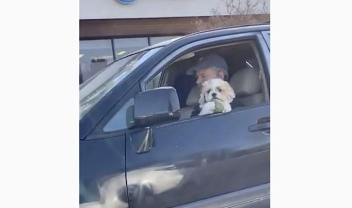 Malenom psu ispala je loptica u vožnji, cure koje su to snimale presmiješno su reagirale