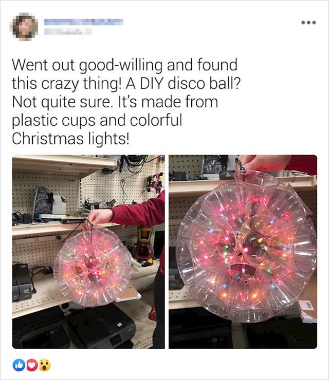 """""""Pronašla sam ovaj ludi predmet! Nisam sigurna što je, disco kugla domaće izrade? Napravljeno je od plastičnih čaša i božićnih lampica"""""""