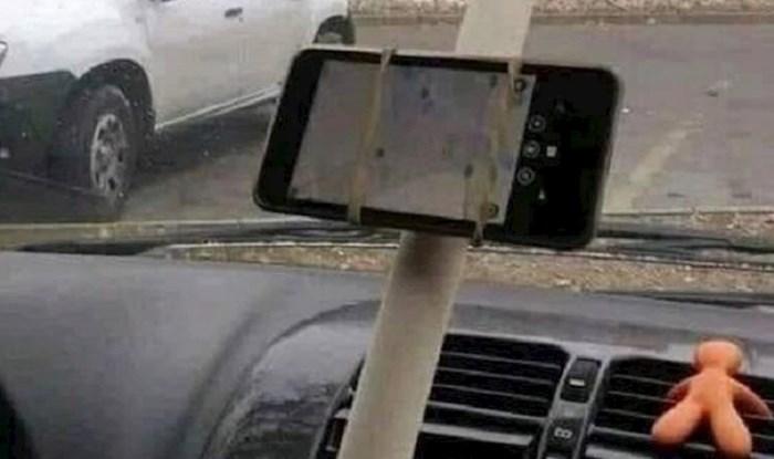 Morate vidjeti što ovom liku drži mobitel u autu - glupo ili genijalno?