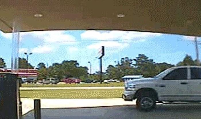 Nadzorna kamera snimila je nevjerojatnu nezgodu na benzinskoj pumpi