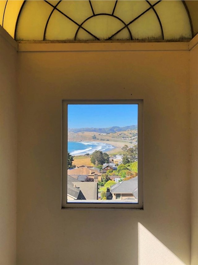 Pogled kroz prozor izgleda kao umjetnička slika