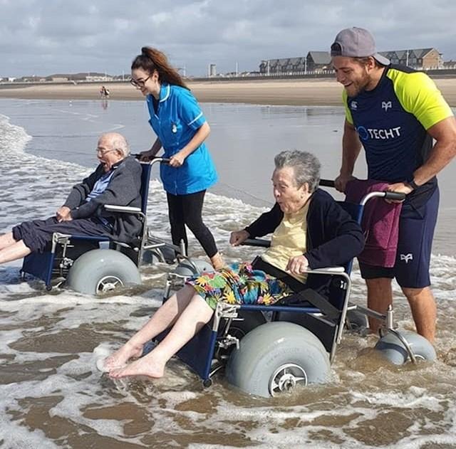 Radnici doma za umirovljenike odveli su stariji bračni par na morsku obalu