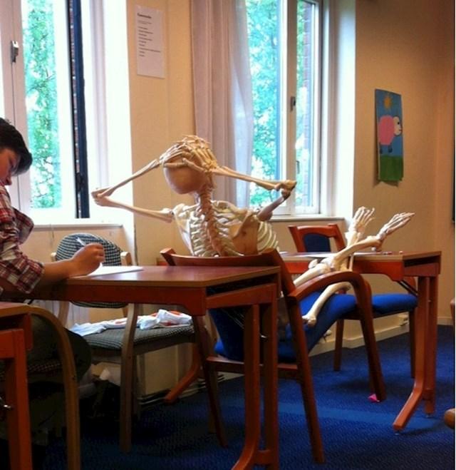 """""""Naša profesorica biologije donijela je kostur na nastavu i sada ga svi tretiramo kao dio razreda"""""""