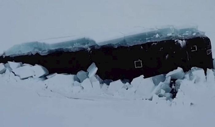 Ovo nikad niste vidjeli. Pogledajte kako ruska podmornica probija led i izranja na površinu