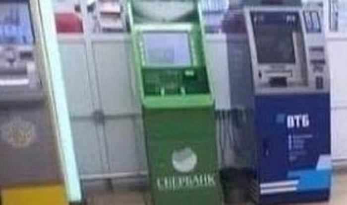 Naljepnice koje služe kao razmak između ljudi koji čekaju red za bankomat nasmijale su ljude