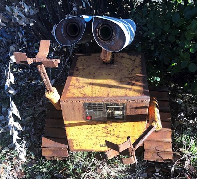 """""""Pronašao sam lika iz crtića WALL-E ispred radionice mog automehaničara. Izrađen je od starih dijelova automobila"""""""