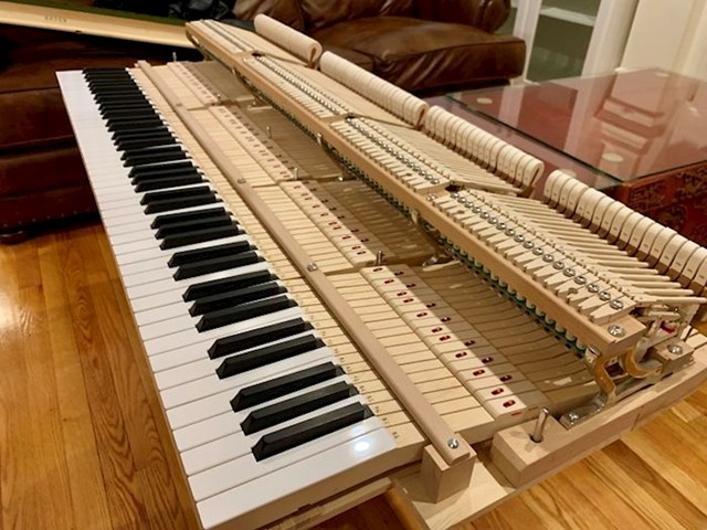 Klavir na popravku bez drvene ljušture