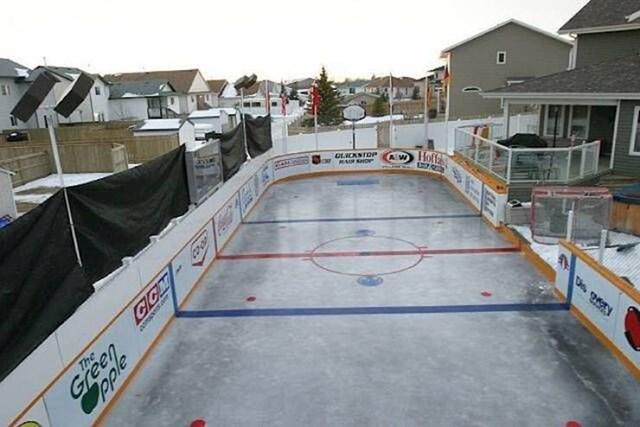 Igralište za hokej u dvorištu. To još nismo vidjeli.