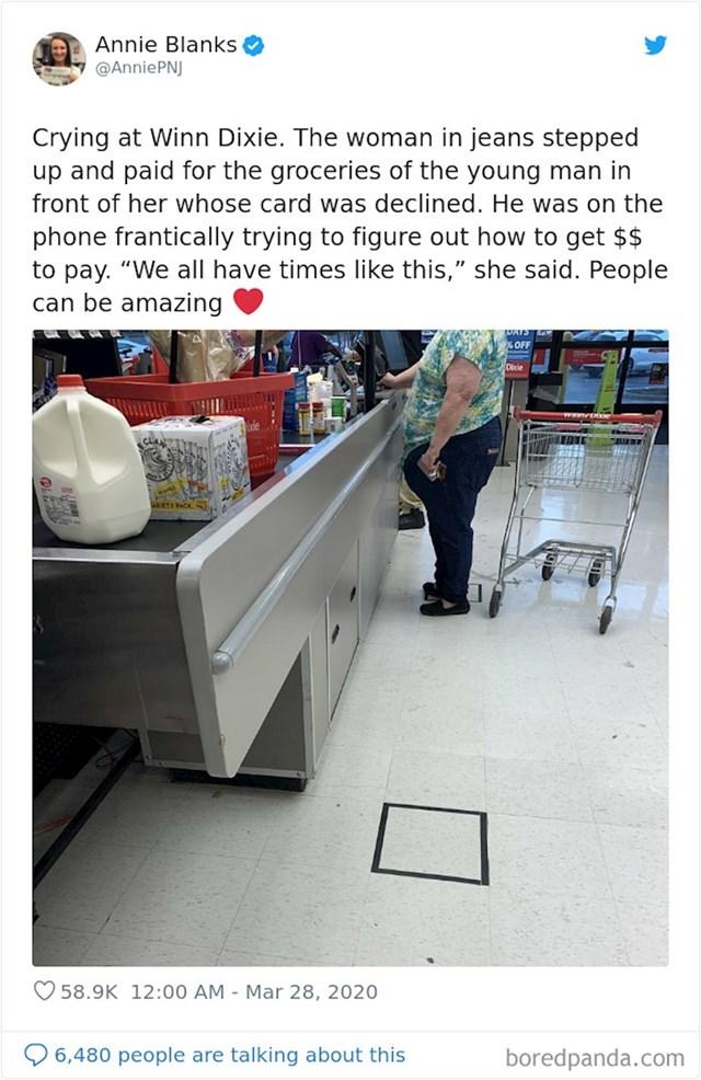 """""""Plačem u dućanu. Ova žena u trapericama platila je namirnice mladiću čija je kartica odbijena. Rekla je da svi nekad imamo takve dane...ljudi mogu biti divni!"""""""