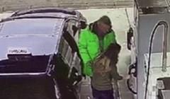 Ova djevojka je pokušala natočiti gorivo, ono što se desilo zgrozilo je čovjeka koji joj je pokušao pomoći