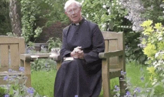 Snimka ovog svećenika postala hit zbog onog što je napravio jedan neočekivani gost