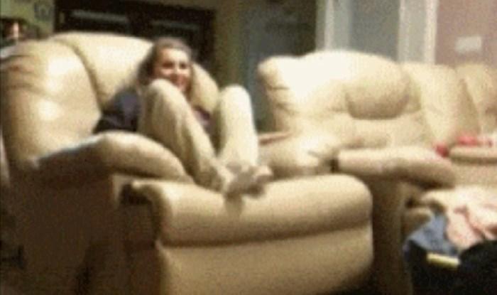Cura je sjela na fotelju, ubrzo je to požalila