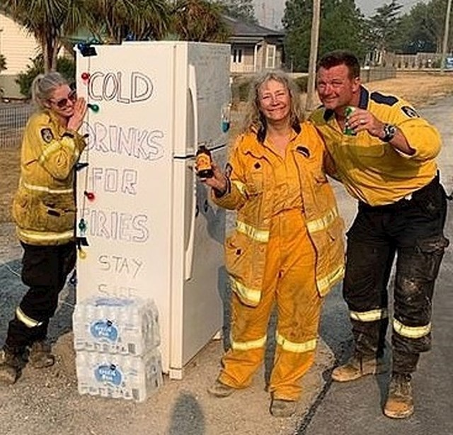 Netko je ostavio vatrogascima pun frižider s pićima da se okrijepe.