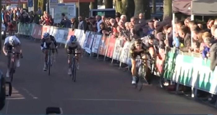 VIDEO Za biciklisticu je utrka završila taman prije ciljne linije, pogledajte što joj je osoba iz publike napravila