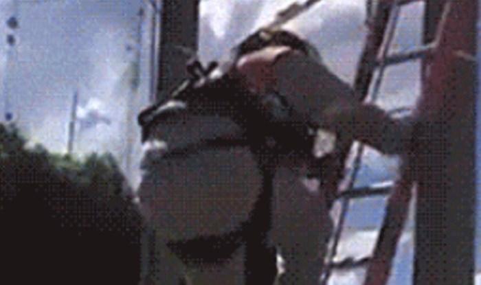 Radnik se spuštao ljestvama sa stupa. Pogledajte kako je to završilo