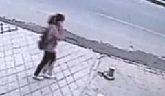 Djevojka je normalno šetala ulicom. Ono što se dogodilo je prilično jezivo