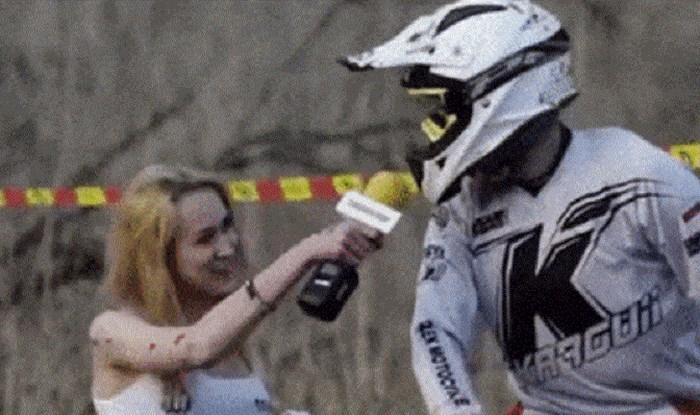 Voditeljica je intervjuirala dečka na motoru, shvatit ćete zašto je to bila loša ideja