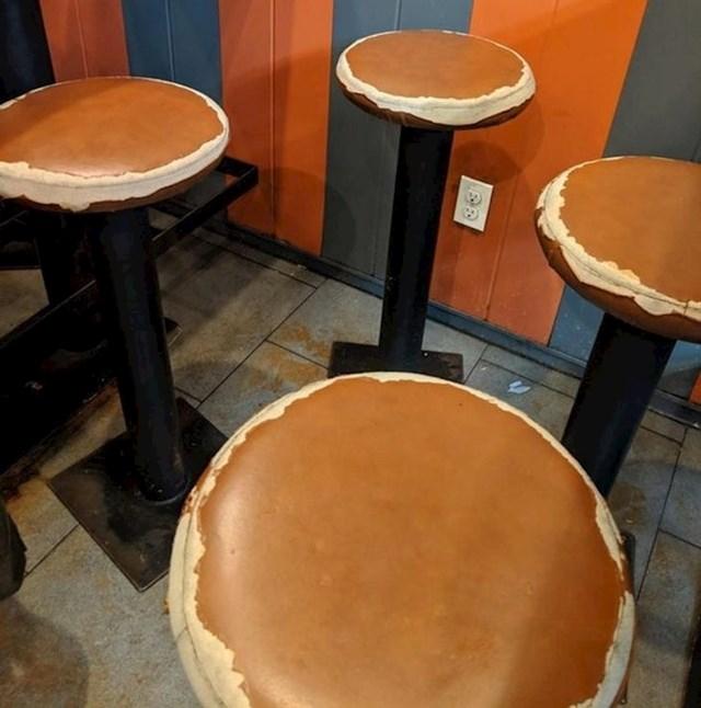 Zar je moguće da ovi stolci slučajno izgledaju isto kao palačinke?