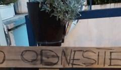 Stvari jednih susjeda smetale su drugim stanarima, jedan od njih im je ostavio smiješnu poruku