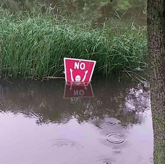 """Zbog kiša, razina vode se podigla i prekrila znak """"zabranjeno plivanje"""""""