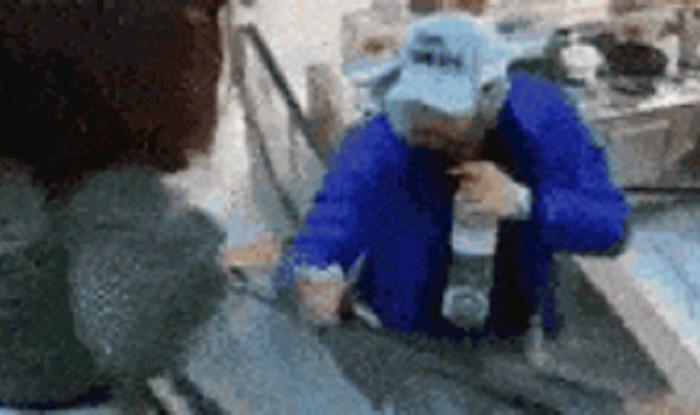 Uzele su čovjeku mobitel kako bi napravile prank video, on im se osvetio na brutalan način
