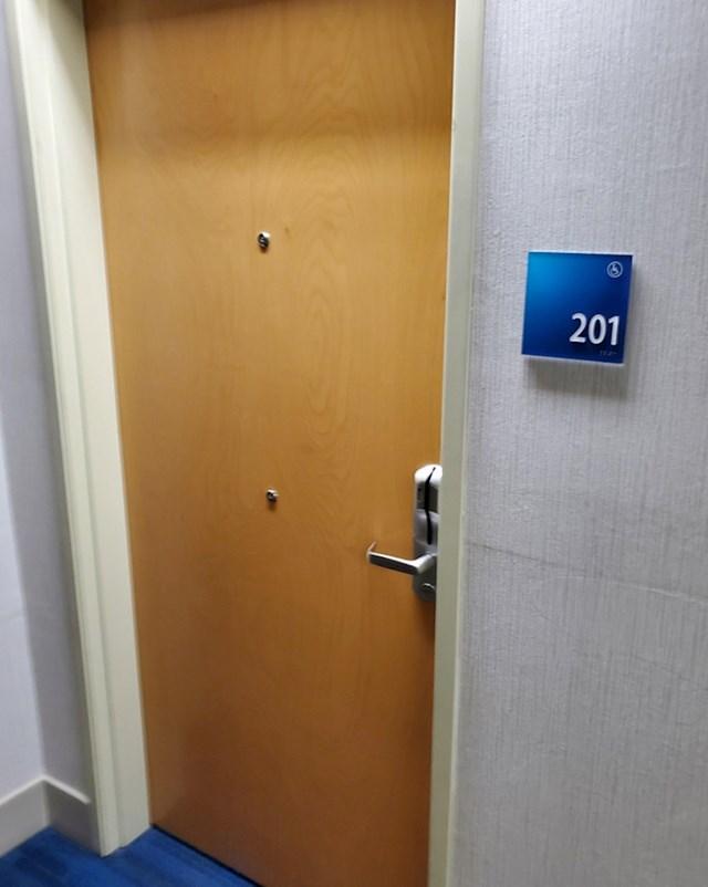 Špijunka na vratima ovog hotela za ljude u invalidskim kolicima
