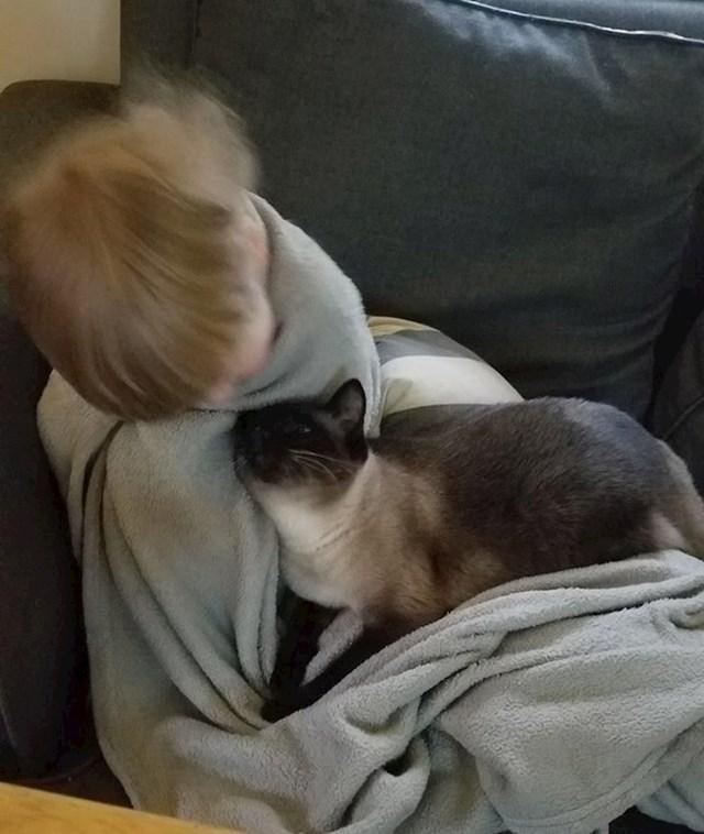 """""""Ovo je moj sin i njegova mačka Pepper. Ovako ga smiruje kada je uznemiren."""""""