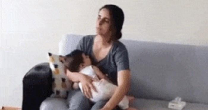 Majka je držala bebu i drugom rukom radila nešto totalno suludo
