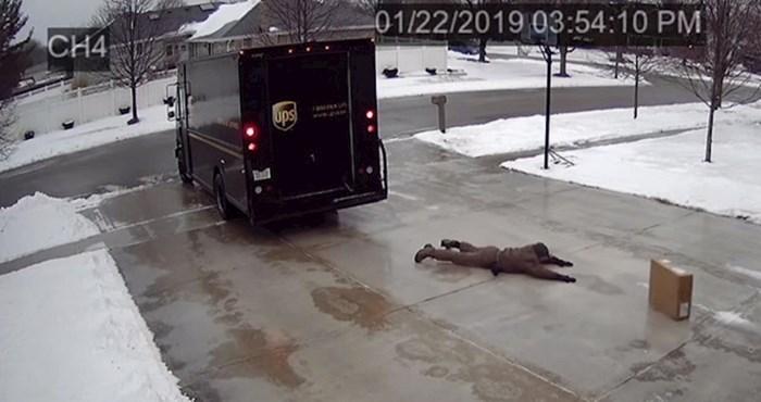 Kamera je snimila dostavljača koji se svim silama trudio dostaviti paket, pogledajte njegovu presmiješnu borbu sa zaleđenim betonom