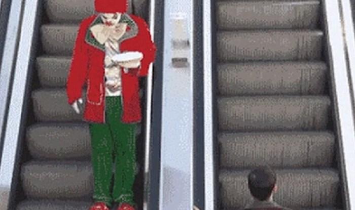 Vozio se pokretnim stepenicama, nije ni sanjao što će mu ovaj klaun prirediti