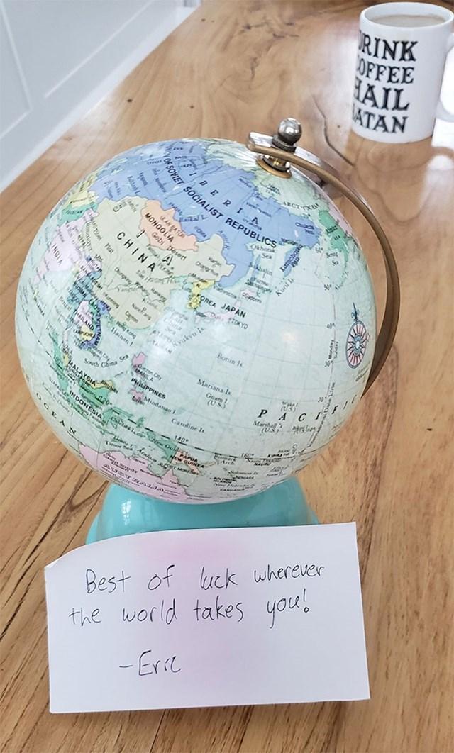 Kolega koji vjeruje da je Zemlja ravna prelazi na drugi posao, pa mu je ovo poklonio
