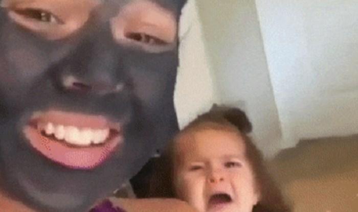Mama je stavila masku na lice, morate vidjeti reakciju njene kćeri