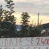 Uz cestu negdje u Dalmaciji osvanuo je zanimljiv plakat, ljudi su ga morali slikati